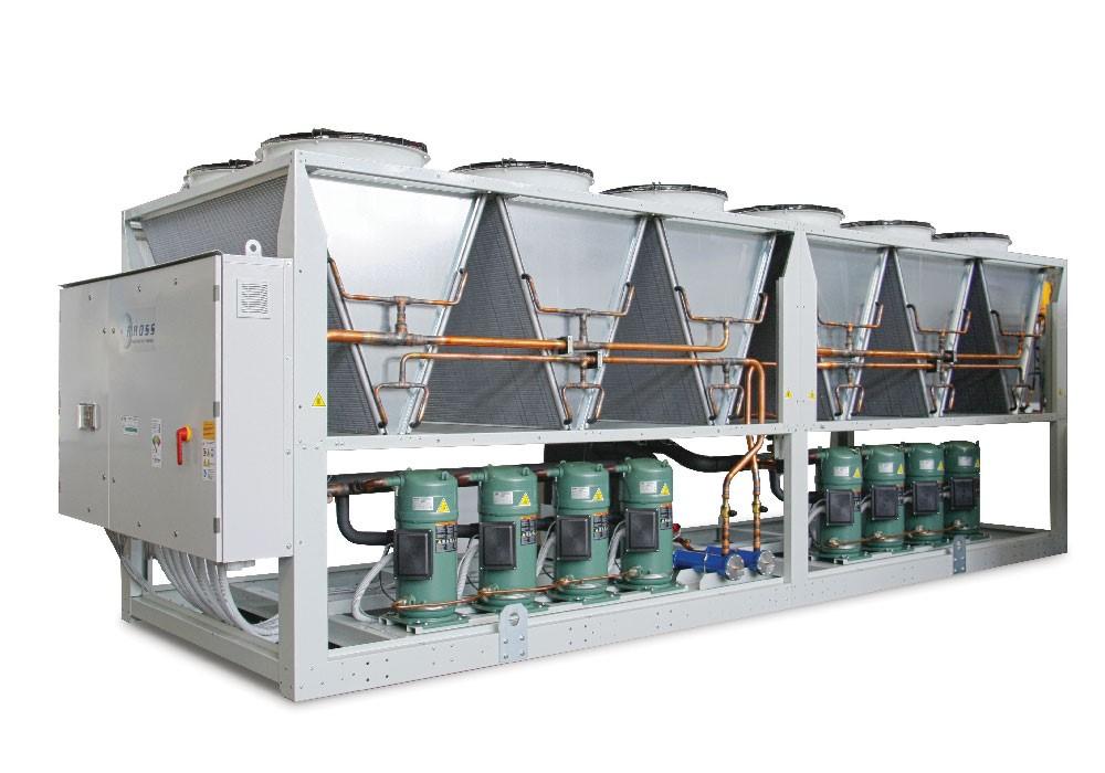 وظیفه ی چیلر هوا خنک آن است که آب را خنک کند. این کار از طریق دریافت گرمای آب صورت میگیرد، به گونه ای که بعد از خنک شدن آب میتوان آن را به فن کویل های تعبیه شده در اتاق و سالن ها پمپاژ کرد و شرایط لازم برای تهویه ی هوای موجود را فراهم ساخت.